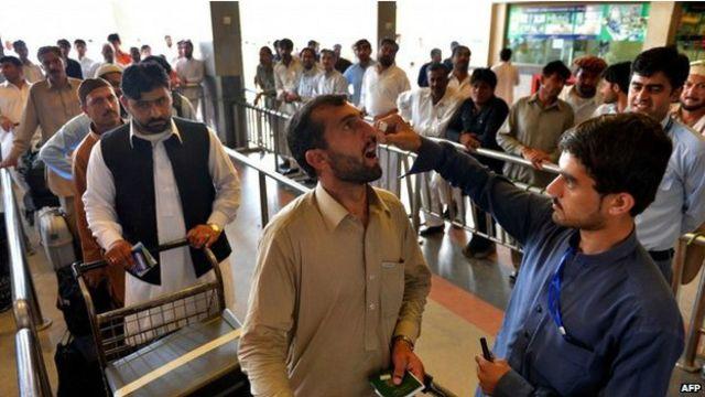 ۔۔۔پاکستانیوں کے بیرون ملک سفر کرنے سے پہلے انھیں پولیو کے قطرے پلائے جاتے ہیں