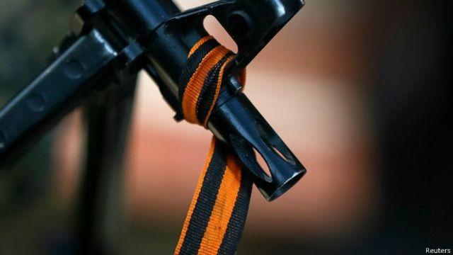 Ружье с повязанной на его дуло георгиевской ленточкой