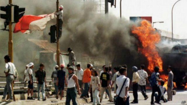 Ketegangan dalam kerusuhan Mei 1998, menjelang tumbangnya Soeharto.