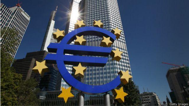 Символ евро у Европеского банка во Франкфурте