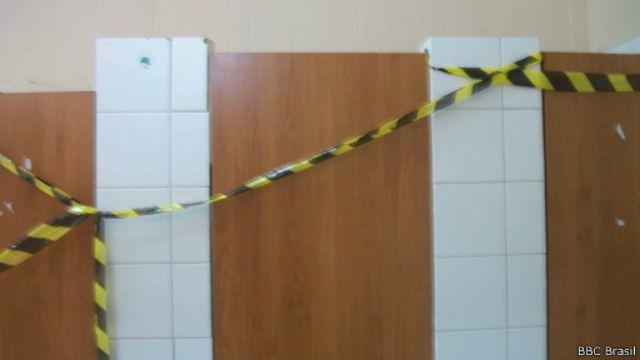 """Denúncia aponta que funcionários foram tratados como """"escravos modernos"""". Na foto, o que seriam banheiros interditados."""