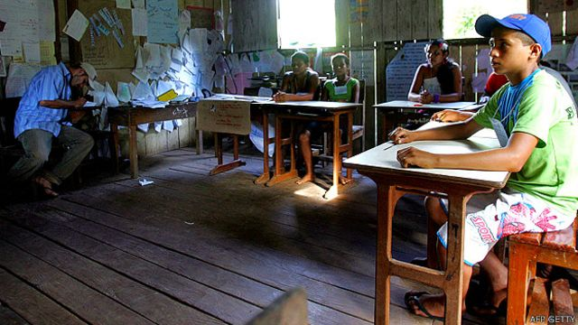 Niños en una escuela en la plantación de caucho Sao Pedro, en Xapuri, Acre, Brasil