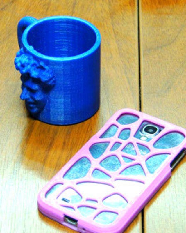 Taza y estuche para celular creados con la impresora 3D
