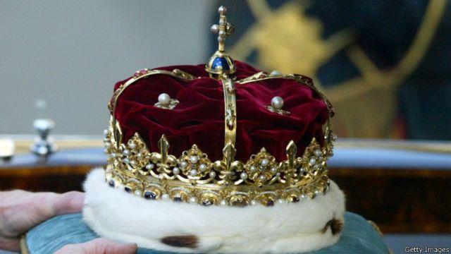 Королева Елизавета II надевает корону Шотландии во время официального открытия парламента в Эдинбурге