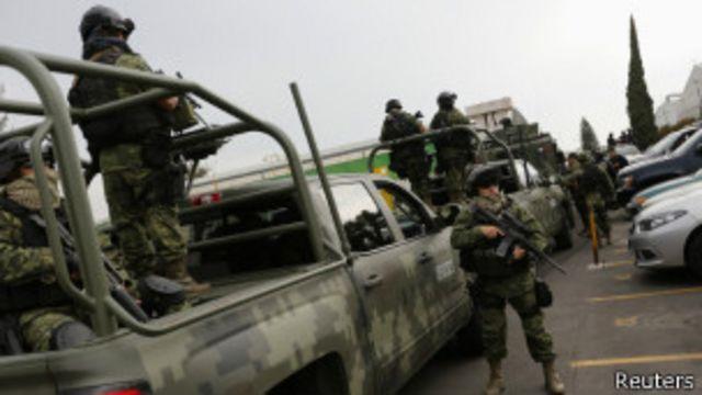 Militares en hangar de la fiscalía mexicana