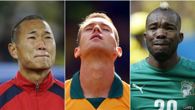 Tres jugadores durante la interpretación del himno de su país