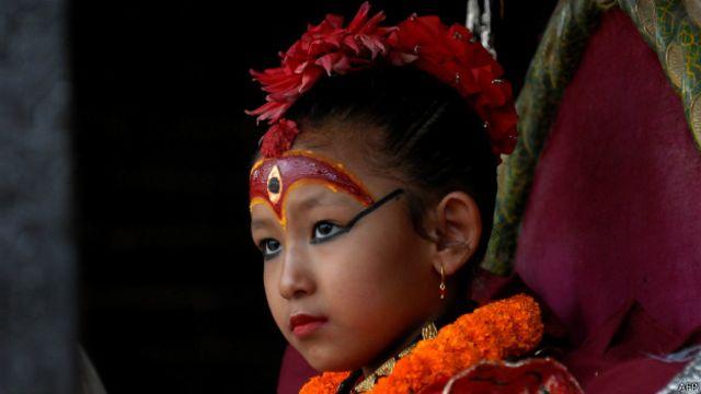 As Kumaris têm uma maquiagem intrincada no rosto