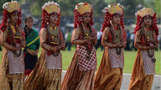 """Nepalesas dançam vestidas como a """"Kumari"""" (AFP)"""