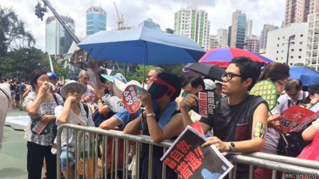 參加多個泛民團體發起的七一遊行人潮聚集香港維園(BBC中文網照片)