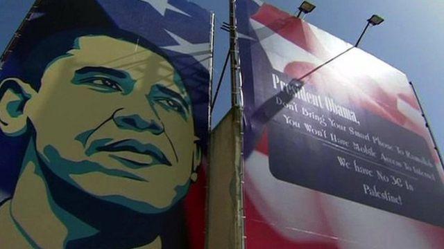 تابلوها و پلاکاردهایی که به اوباما هشدار می دادند که در مناطق فلسطینی پوشش لازم برای ارتباط تلفن های موبایل نسل سه وجود ندارد