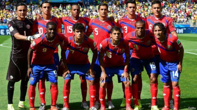 Pemain Kosta Rika (dengan kostum utamanya) sebelum menghadapi timnas Inggris.
