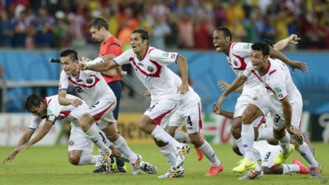 Pemain Kosta Rika, dengan kostum away, bersorak setelah menang penalti atas Yunani.