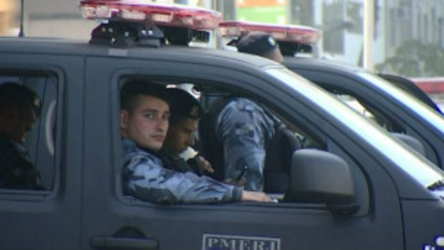Policías de Río de janeiro observan desde un vehículo.