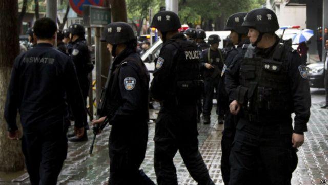 新疆特警在乌鲁木齐街头巡逻。