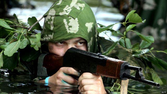 Белорусский подросток в маскхалате времен Второй мировой войны 6 июля 2014 года