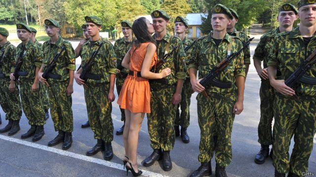 Девушка целует новобранца белорусской армии 14 августа 2010 года