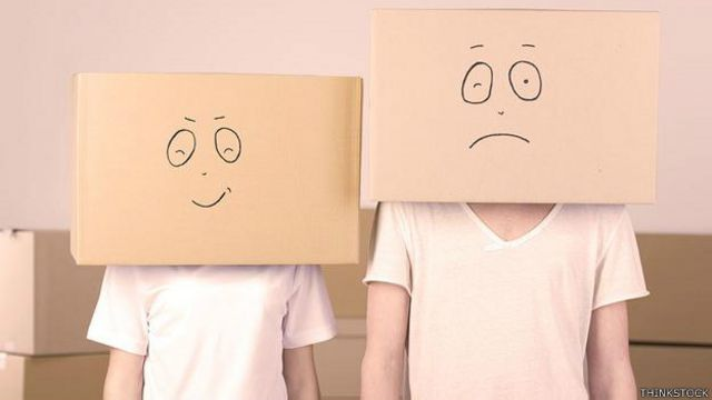 Dos personas con cajas de cartón en la cabeza