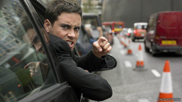 Hombre furioso en tráfico