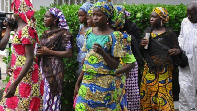 'Yan mata 28 daga cikin 'yan makarantar Chibok wadanda suka tsere wa Boko Haram sun je gidan gwamnati domin ganawa da gwamna Kashim Shattima a Maiduguri.