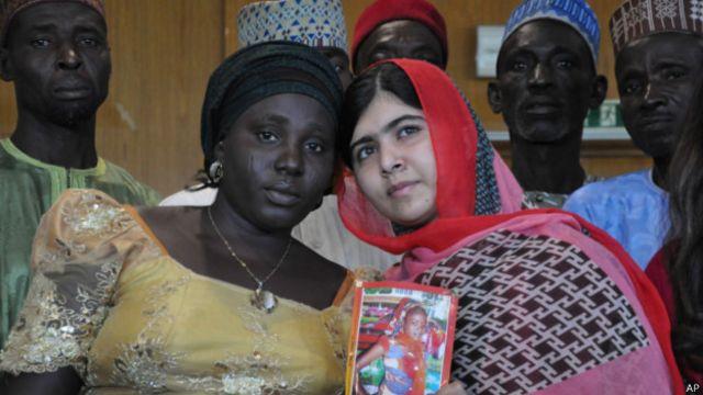 Mai fafutukar kare ci gaban Ilmin 'ya'ya mata Malala Yousafzai 'yar Pakistan wadda ta tsira daga harbin 'yan Taliban saboda ta na da'awar a baiwa 'ya'ya mata ta na rike da hoton Sarah Samuel wadda yan Boko Haram suka sace.