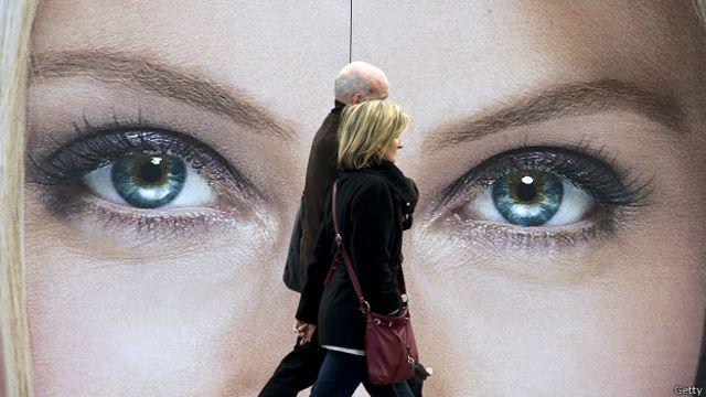 Прохожие под взглядом с плаката