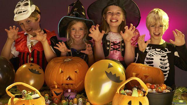 Дети, наряженные на Хеллоуин