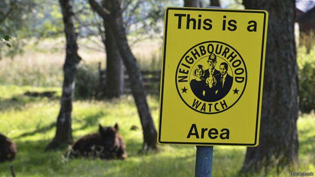 Плакат, предупреждающий о наблюдении со стороны соседей
