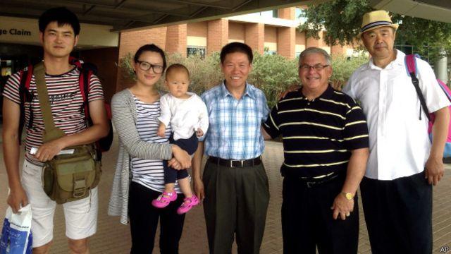 张慧馨(左二)、孙著磊(左一)与傅希秋(中)等教会成员在得州米德兰国际机场合影(15/7/2014)