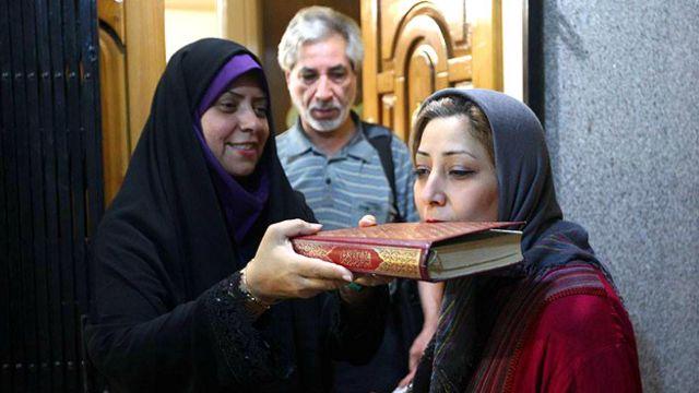 ساجده عربسرخی (راست) فرزند فیضالله عربسرخی (وسط) و مریم شربتدار قدس (چپ) پیش از ترک خانه به سمت زندان اوین