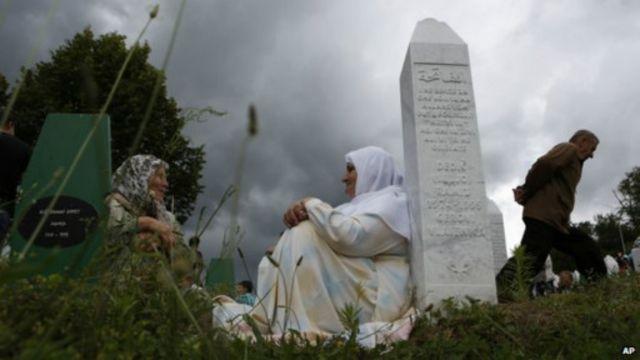 كانت البلدة التي تقطنها غالبية مسلمة منطقة تحميها الأمم المتحدة وحاصرتها قوات الصرب خلال الحرب