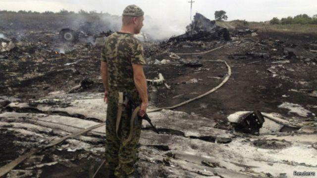 یکی از جداییطلبان هوادار روسیه در محل سقوط هواپیما