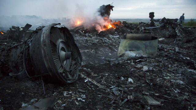 ယူကရိန်း အရှေ့ပိုင်း Donetsk မြို့နယ်က Grabovo ကျေးရွာအနီးမှာ ပျက်ကျသွားတဲ့ မလေးရှား လေယာဉ် MH17 ရဲ့ အပျက်အစီးတွေ မီးလောင်အပြီး တွေ့ရစဉ်။