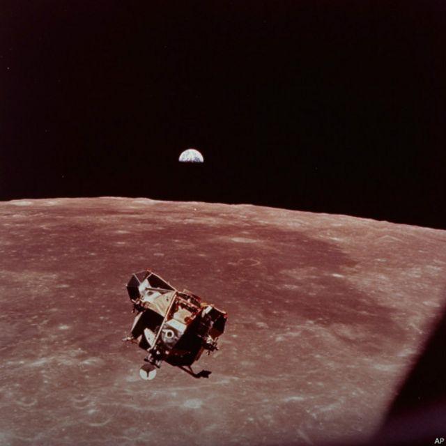 Səyyar modul, missiyasını başa vurub Ayın üzərindən qalxaraq  Apollo-11  üçün yaxınlaşır. Gəmiyə birləşəndən sonra pilotlu Ay missiyası yerə qayıdacaq.