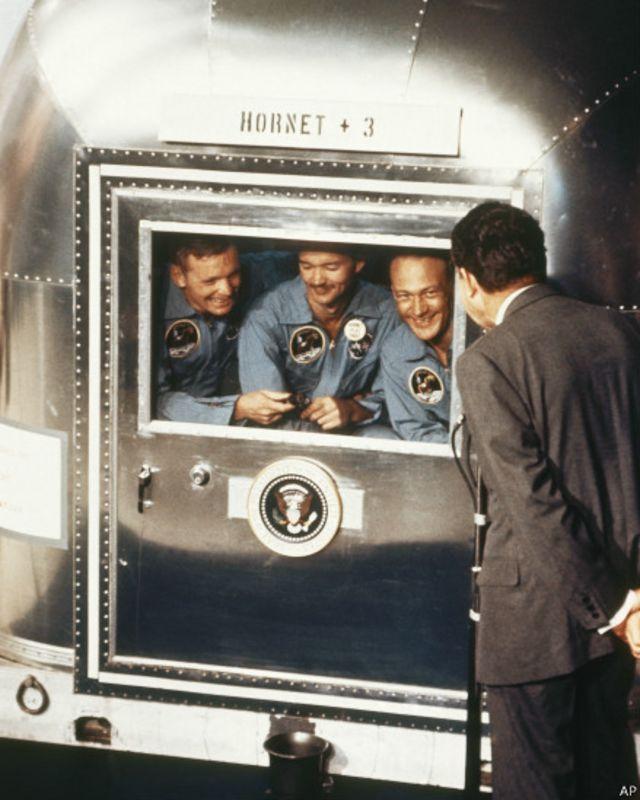 Apollo-11 gəmsində Yerə enmiş astronavtları  prezident Richard Nixon salamlayır.