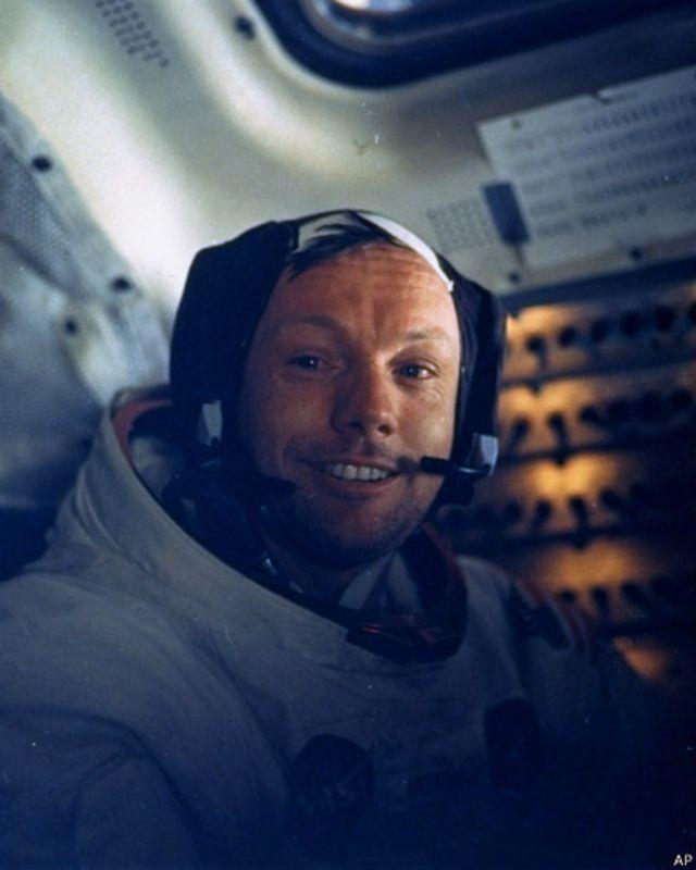 Apollo-11 gəmisinin komandiri Neil A. Armstrong,   Ayın səthinə enmiş gəminin işərisində.