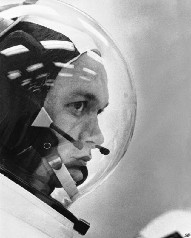 3-cü astronavt Michael Collins Apollo-11 gəmisinin idarəedici modulunda qalıb astronavtların Aya çıxması  prossesini əlaqələndirdiyindən həmkarlarının Ay gəzişinə qoşula bilməyib.