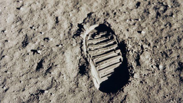 1964-cü il iyulun 20-də Apollo-11 kosmik gəmisinin səyyar modulu ay səthinə eniş etdi, səhərisi gün isə astronavt Neil Armstrong Aya ayaq basan ilk insan oldu.