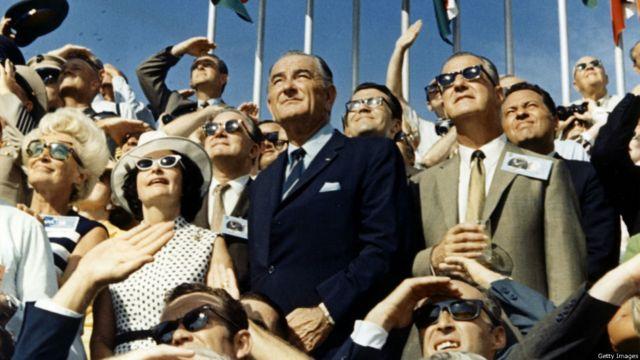 Vitse-prezident Spiro Agnew və keçmiş prezident  Lyndon Johnson Apollo-11 gəmisinin kosmosa qalxdığı Kennedy kosmik mərkəzindən izləyirlər.