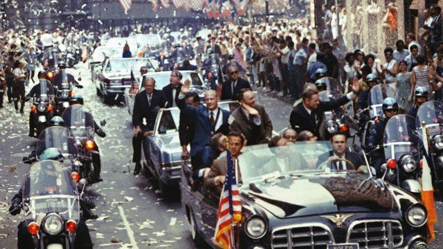 Apollo-11 kosmik gəmisi iyulun 24-də Sakit Okean üzərinə eniş etdi. ABŞ-da astronavtlara  milli qəhramanlara layiq səviyyədə qarşılanma mərasimi təşkil olundu.