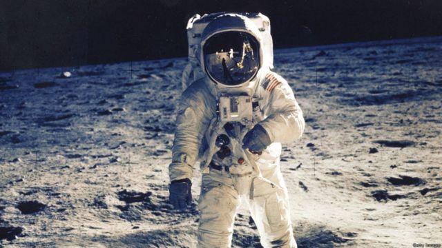 Neil A. Armstrong-un ardınca Aya Buzz Aldrin-də ayaq basaraq gəzişdi.