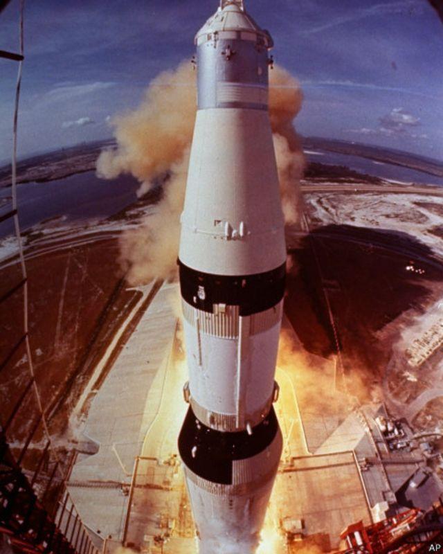 45 il bundan əvvəl bir çox insanlar üçün inanılmaz bir hadisə baş verdi. Apollo-11 gəmisi Ay səthinə endi. Gəminin göyərtəsində astronavtlar Neil Armstrong və Buzz  Aldrin varı idi.