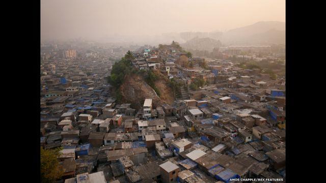 """ويقول المصور تشابل إن هذه الربوة """"المعروفة لدى سكان المنطقة باسم (التل 3)"""" تطل على أحياء فقيرة شمالي مومباي. ويضيف أن """"الحصول على مياه جارية - وهو ما ينعدم في التل - أكثر قيمة بكثير من أي مشهد""""."""