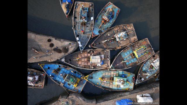 استخدم المصوّر آموس تشابل كاميرا مثبتة في طائرة بدون طيار لالتقاط صور غير تقليدية للهند من الجو. في هذه الصورة، تبدو مجموعة من قوارب الصيد الراسية في مومباي.