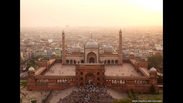 هذه الصورة للمسجد الجامع في دلهي، الذي بناه الإمبراطور المغولي شاه جهان في الفترة بين عامي 1650 و1658.