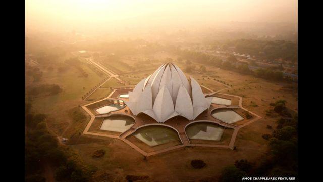 التقطت هذه الصورة أثناء شروق الشمس على معبد اللوتس - موطن أتباع البهائية - في دلهي.