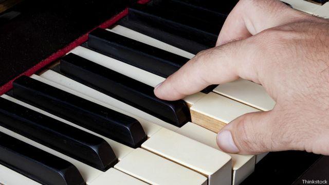 Рука над клавишами пианино