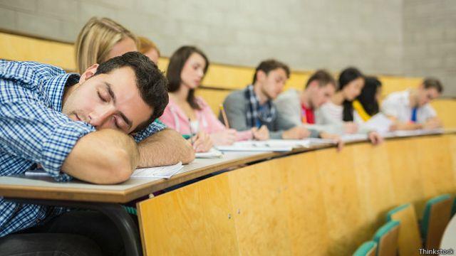 Студент спит во время лекции