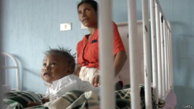 Madre cuida de hijo desnutrido en la capital guatemalteca, en una imagen de 2009.