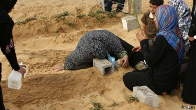 أم تبكي لفقد ولدها في غزة.