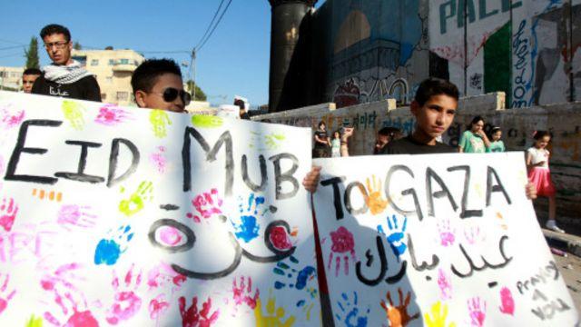 شباب فلسطينيون يتظاهرون قرب بيت لحم تأييدا لغزة في أول أيام عيد الفطر.